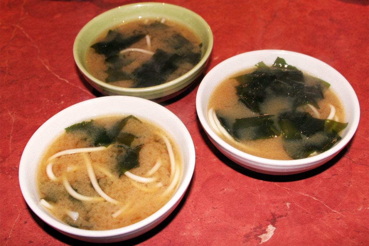 Soupe miso aux algues wakame et nouilles udon la cuisine - Soupe miso ingredient ...